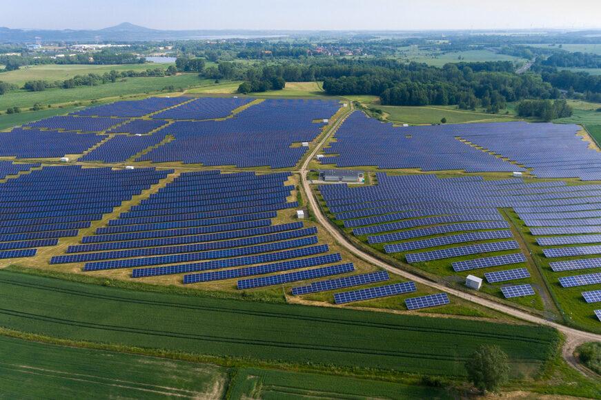Największa w Polsce farma fotowoltaiczna Ręczyn o mocy 76MW, współpracująca ze stacjami kontenerowymi ZPUE dla OZE.